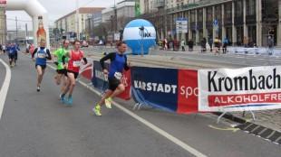 Marcel Krieghoff (im roten Shirt) lief in Dresden sein eigenes Rennen