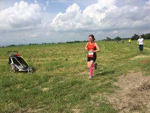 Marie Brückner einsam unterwegs zu ihrem ersten Kirschlaufsieg (Foto Robert Oemus).
