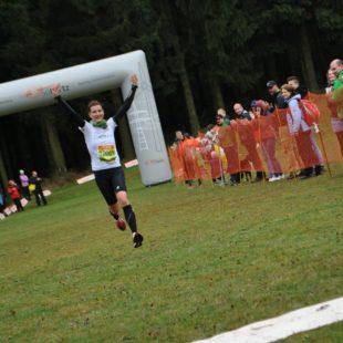 Nicole Kruhme fliegt nach ihrem 10-Kilometer-Sturmlauf ins Ziel