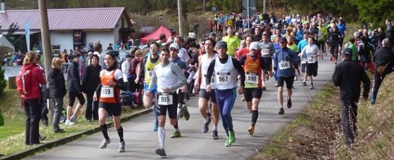 Kristin Hempel (li.) geht den Halbmarathon mit den Männern flott an