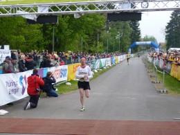 Marcus Koch läuft als Dritter durch das Ziel