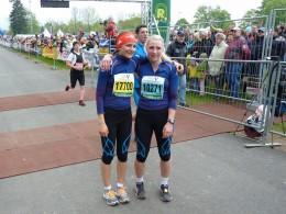 Katherine Sauerbrey (li.) und Antonia Fräbel freuen sich über den gemeinsamen dritten Platz