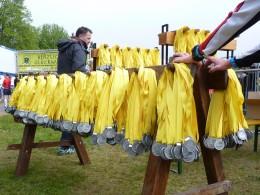 7.500 Finisher-Medaillen waren für die Teilnehmer des Halbmarathons im Ziel vorbereitet
