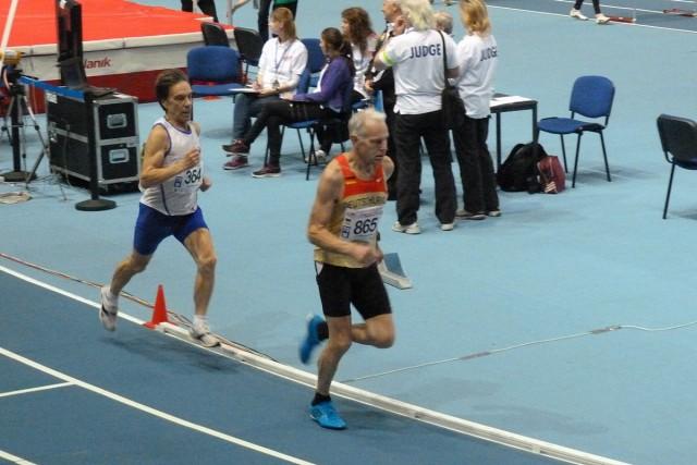 Hartmut Erdmann (vorn) wird im 800-Meter-Finale Vize-Europameister der M70