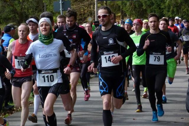 Bereits beim Start der 10 Kilometer die späteren Sieger ganz vorne: Nicole Kruhme (110), daneben Micheal Herr