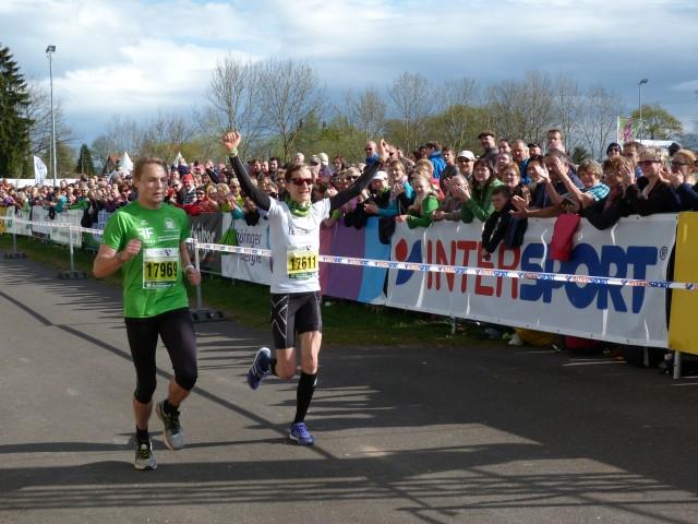 Nicole Kruhme (rechts)beim Zieleinlauf mit Tempomacher Christian König (links)