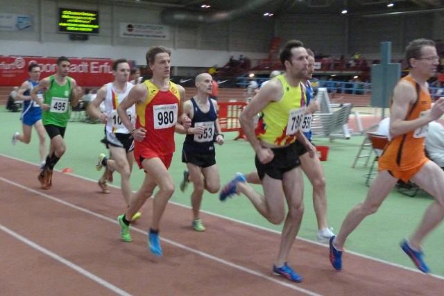Sebastian Keybe (980)  beim 3000-Meter-Lauf mit Übersicht