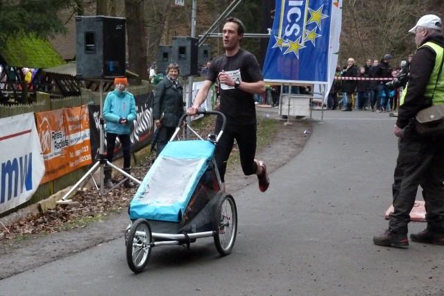 Remo Reichel (1.SV Gera) ist sehr flott mit dem Baby-Jogger unterwegs und nach 56:09 Minuten als Gesamtzehnter im Ziel