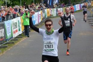 Der wohl schwerste ihrer vier Siege am Rennsteig: Nicole Kruhme jubelnd auf der Zielgeraden