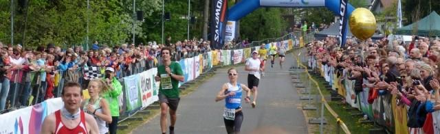 Das packende Finish um Platz drei: Anna Barber (li.) zieht noch an Anna Herzberg (17819, Mitte) vorbei.