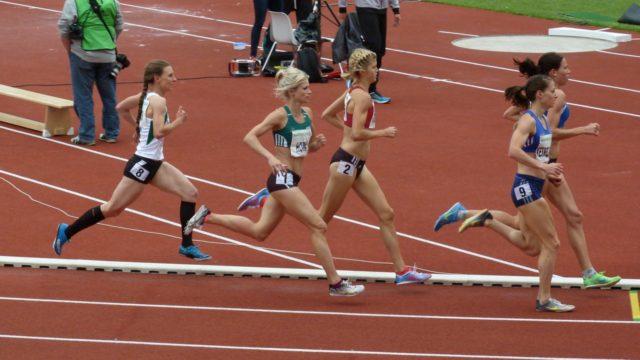 Astrid Hartenstein (8)  im Feld der 1500-Meter-Läuferinnen