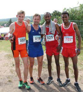 USV-Läufer Adrian Panse freute sich mit Daniel Greiner und den beiden Eritreern, die alle für den SV Sömmerda starten (Foto Christina Sonnenfeld)
