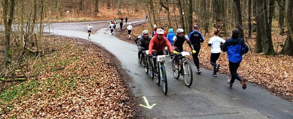 Radfahrer und Läufer gemeinsam beim Possenlauf