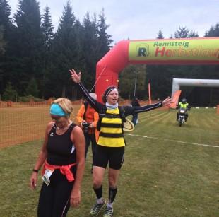 """""""Rennsteigbiene"""" Gabi Weißbrodt begleitete die letzte Läuferin auf der 20 Kilometer-Strecke ins Ziel."""