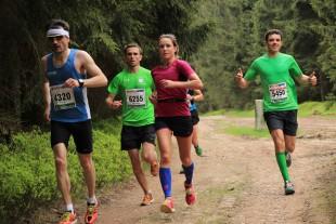 Prominenter Tempomacher: Bianca Josten wurde einige Kilometer von Rennsteig-Legende Christian Seiler (2. v.l.) begleitet