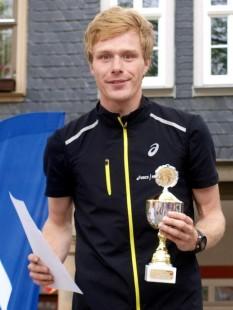 Rico Schwarz 2014 nach seinem Sieg beim Arnstädter Citylauf