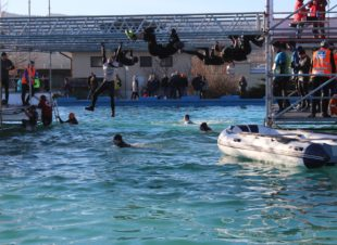 Wer es nicht schafft, sich über das Schwimmerbecken zu hangeln, bekommt zur Schwimmeinlage noch 10 Liegestütze aufgebrummt.