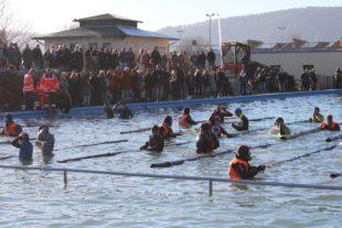 Zuschauermagnet und für viele Teilnehmer die härteste Herausforderung - Abtauchen im Schwimmbad.