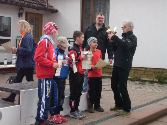 Siegerehrung der Streckenschnellsten beim Straufhainlauf 2013 durch Helmut Hoyer (rechts)