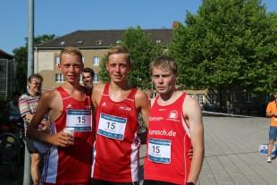 """Das Siegerteam """"HäKö-Runners"""" mit Julian und Philipp Häßner sowie Christian König im Ziel."""