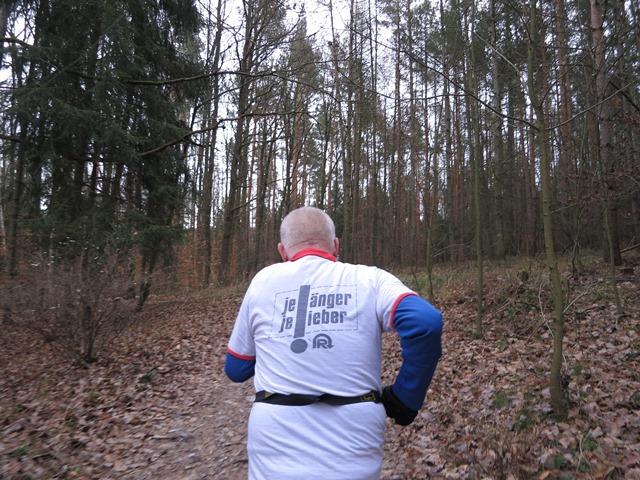 Klaus Gipser mit dem historischen Laufhemd beim diesjährigen Geraer Silvesterlauf