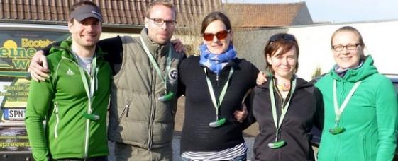 Das MEDLETIK-Laufteam nach der Paddeltour mit den typischen Spreewald-Marathon-Teilnehmer-Medaillen
