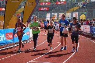 Staffeln und Marathonis laufen gemeinsam ins Ziel. Die Stimmung im Stadion ist gut.