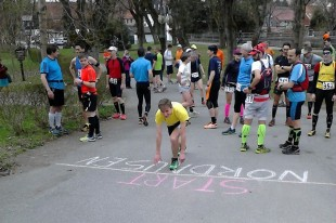 In Benneckenstein starten die 28 Kilometer-Läufer. Der Drittplatzierte Adrian Panse übt den Tiefstart.