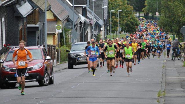 Adrian Panse setzt sich schon am ersten Anstieg in Neuhaus vor das gesamte Läuferfeld