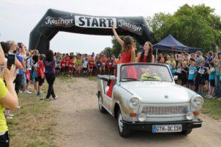 Die Kirschkönigin gab den Startschuss aus einem Trabant Kübel, der als Führungsfahrzeug fungierte (Foto Christina Sonnenfeld).