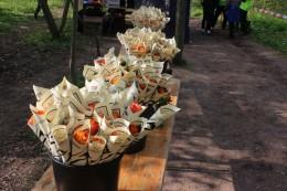 Rosen und Pizzagutscheine für die Teilnehmer im Ziel