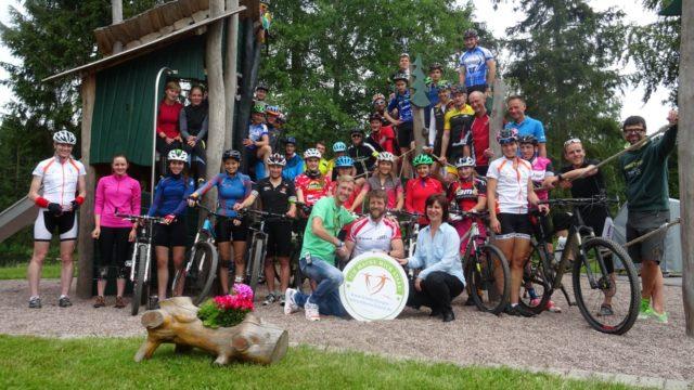 Thüringer Nachwuchswintersportler und Rennsteiglauforganisatoren bei der Spendenübergabe in Tambach-Dietharz