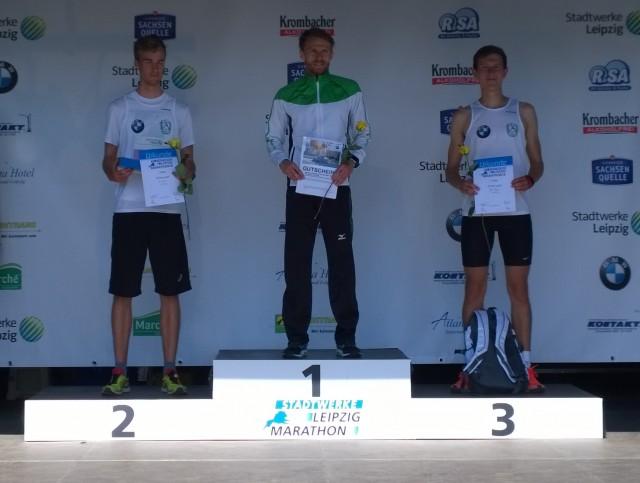 Sieger beim 10 Kilometer-Lauf Marcus Schöfisch (Mitte)