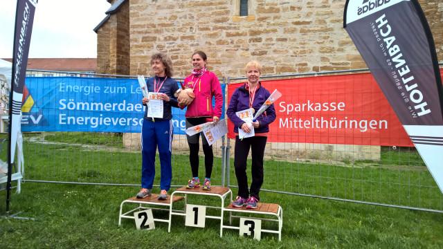 Die Zweitplatzierte Steffi Debertshäuser mit der Siegerin Daniela Bach und der Drittplatzierten der W40 Anett Wilck (v.l.n.r.)