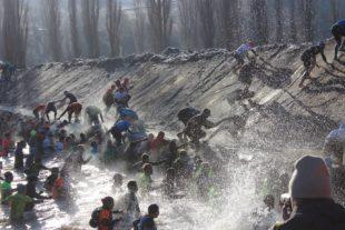 Immer tiefer, immer breiter - der Wassergraben ist die erste große Herausforderung für die Starter.