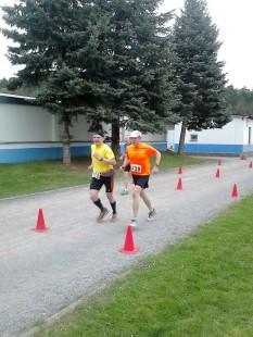 Geschafft. Nach 5:33:57 Autor Jens Panse mit Gunnar Schorcht beim Zieleinlauf.