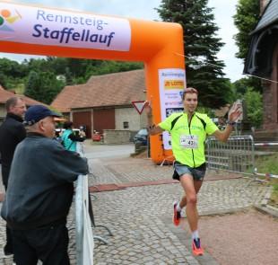 Marcel Bräutigam bringt die Wintersportler nach 168,5 Kilometern in Hörschelals erneut als Erste ins Ziel.