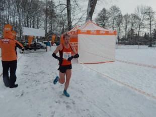 Sieger Marcel Krieghoff lief trotz frostiger Temperaturen erneut in kurzen Laufsachen ins Ziel.