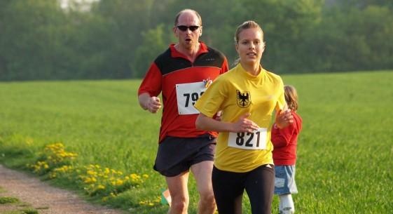 Schon lange dabei: Hier auf der Zielgeraden als Zweite des Alteburglaufs 2009