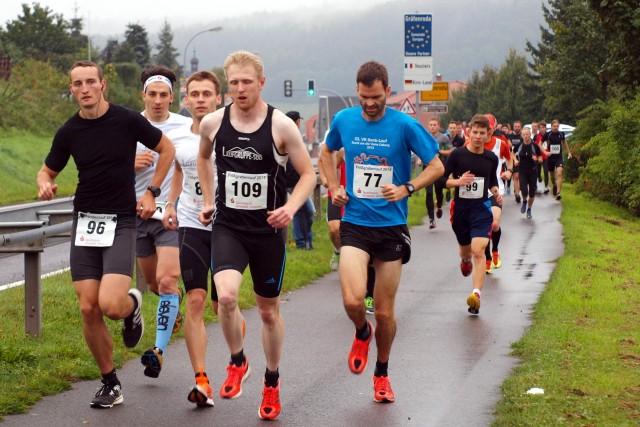 Start zum 35. Flößgrabenlauf. Vorn die Streckensieger Max Böttner (96) und Frank Wagner (109).