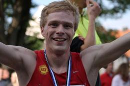 Rico Schwarz nach seinem Sieg bei den Deutschen Straßenlaufmeisterschaften 2013