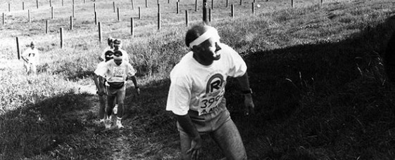 Läufer des 1. Gesamtdeutschen Rennsteiglaufs 1990 passieren die Grenze nahe Kleintettau (Bayern)