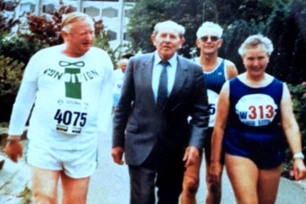 Gerhard Licht (links) und Email Zatopek (Mitte) Anfang der 1990er Jahre in der Tschechoslowakei