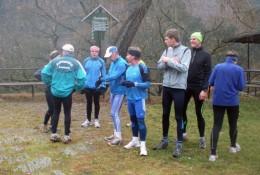 Die Teilnehmer des Jahreswendlaufs pausieren am Eberstein