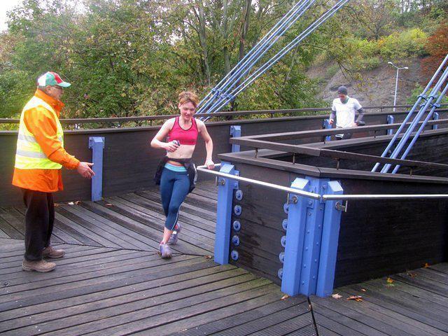 Die gefährlich feuchte Holzbrücke