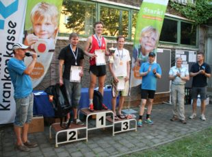 Bei der Siegerehrung war auch der Präsident des Thüringer Leichtathletikverbandes Heinz-Wolfgang Lahmann dabei, der die studentische Laufbewegung befördern möchte.