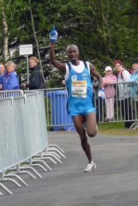 Der Kenianer Paul Muigai Thuo jubelt über seinen Sieg in 1:10:00 Stunden