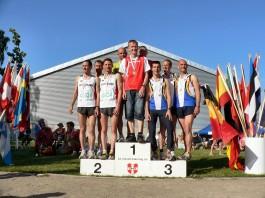 Mannschafts-Siegerehrung im Halbmarathon – 1. Platz in der AK 35 & 40 für Dänemark (3:42:03 h) – 2. Platz Deutschland mit Steffen Meyer (3:46:15 h) und 3. Platz Belgien (4:10:20 h)