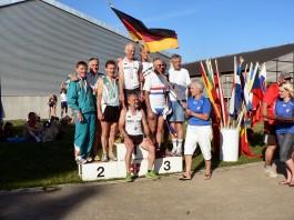 Mannschafts-Siegerehrung im Halbmarathon – 1. Platz in der AK 55 & 60 für Deutschland (4:01:26 h) mit Martin Wahl – 2. Platz Irland (4:15:15 h) und 3. Platz Großbritannien (4:29:56 h)