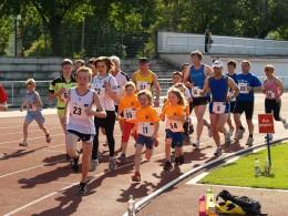 Im ersten Halbstundenlauf sammelte der Laufnachwuchs Runden und Meter